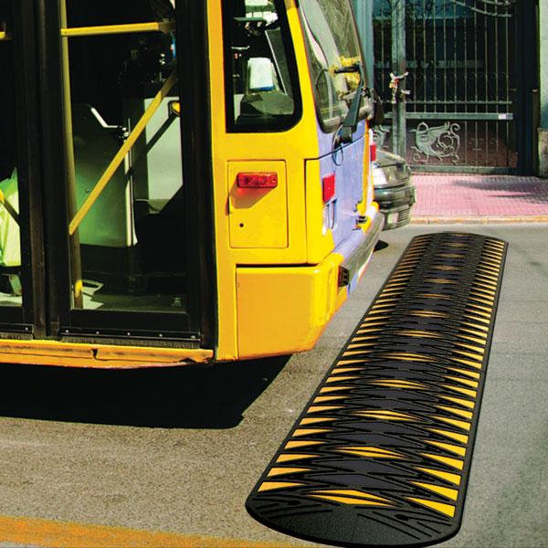 brede verkeersdrempel op busbaan