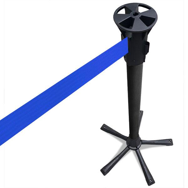 zwarte paal met blauw afzetlint